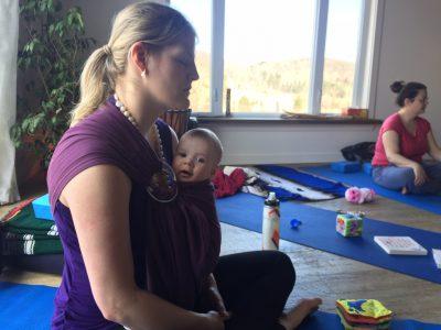 maman avec bébé activité postnatal yoga maman bebe retraite de yoga connexion avec la mere mamanavecbebe.com