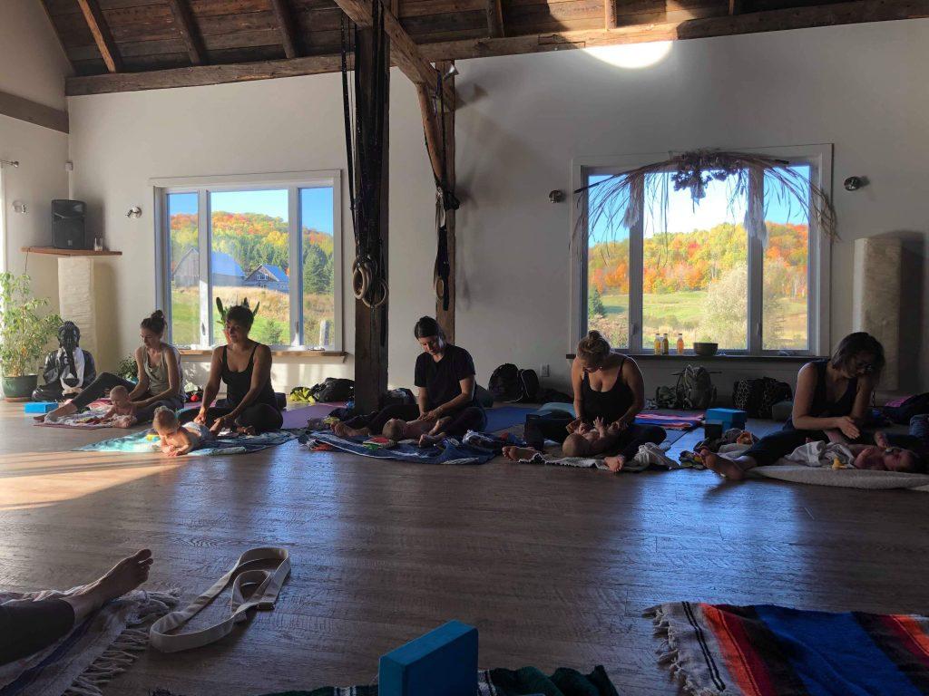 massage-bebe, yoga maman-bebe, retraite de yoga maman bébé automne, centre de vie, soham yoga retraite, karine martineau